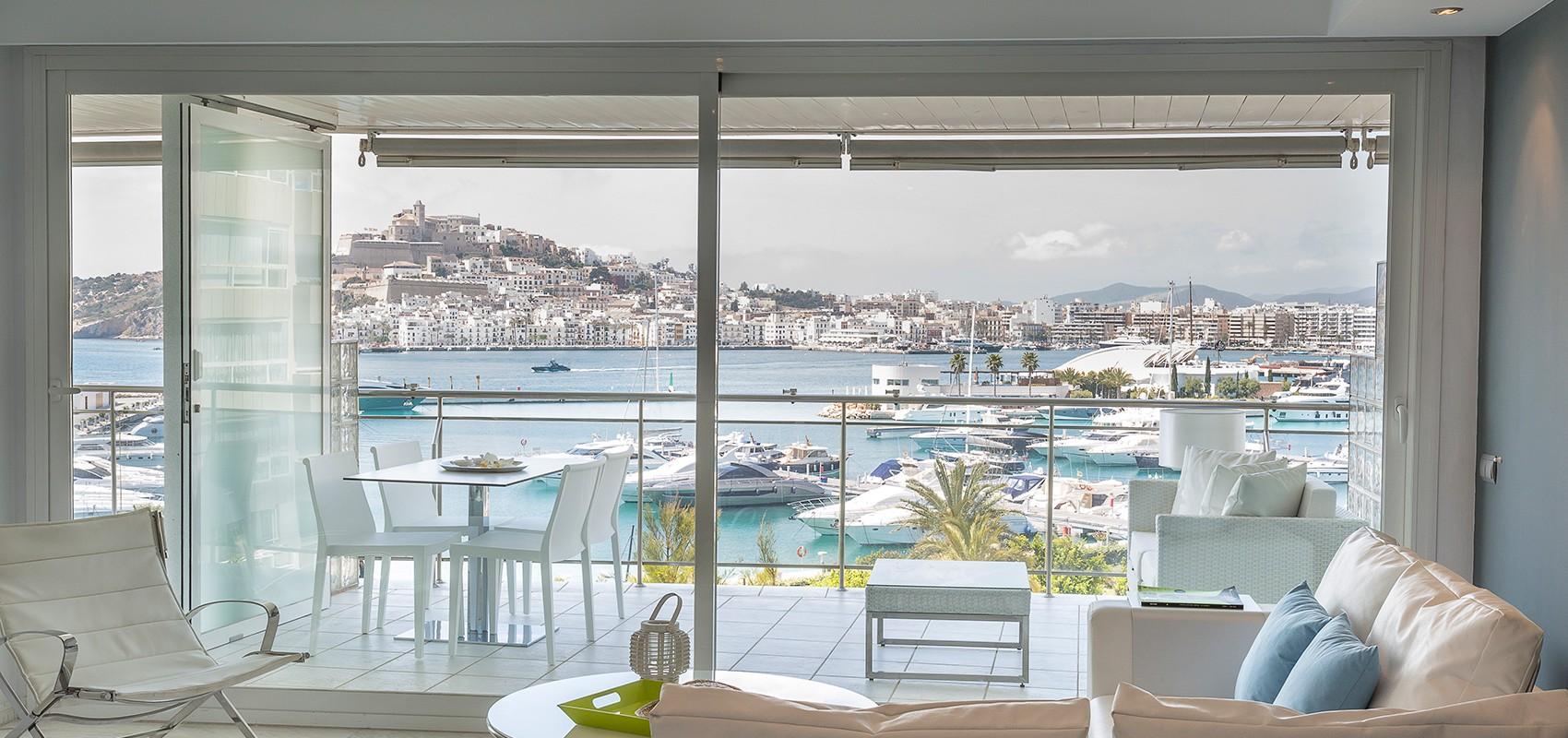 Salón espacioso con vistas a la terraza y a la bahía de Ibiza