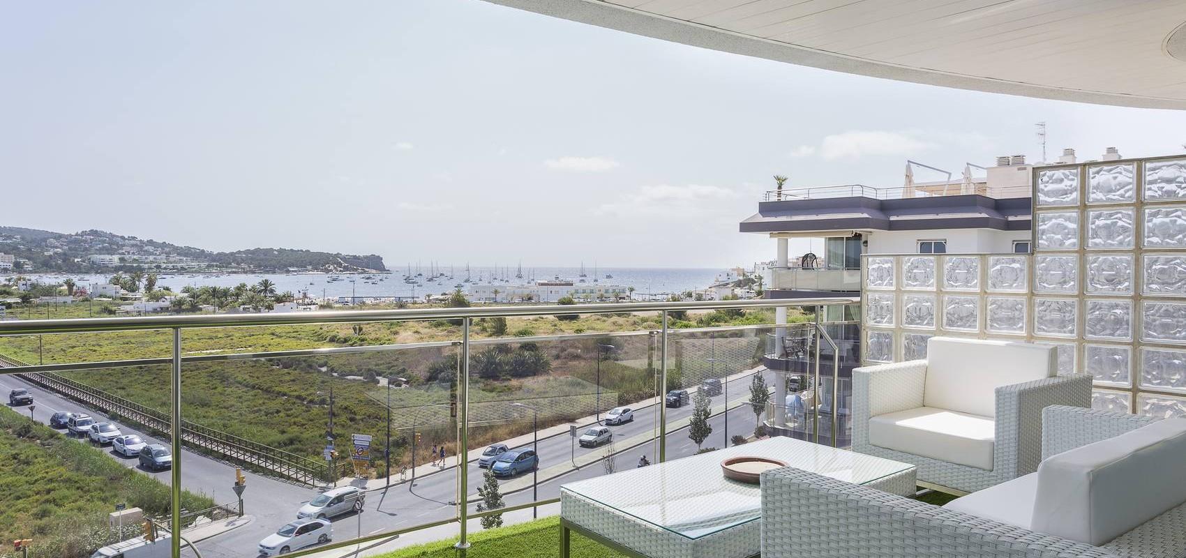 Terraza con vistas a la Playa de Talamanca