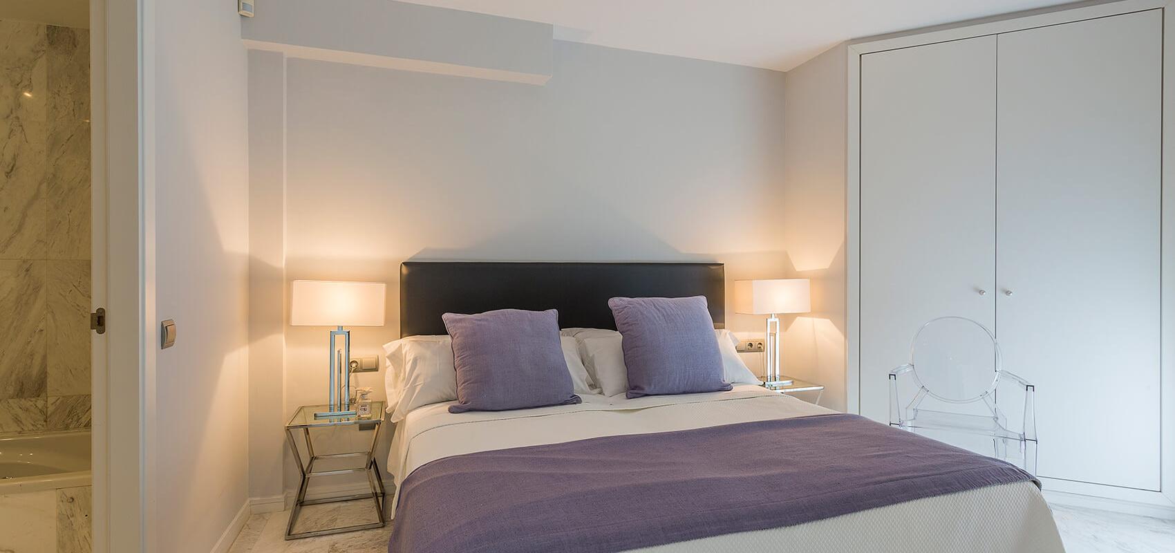 Dormitorio en suite con cama de matrimonio y cuarto de baño